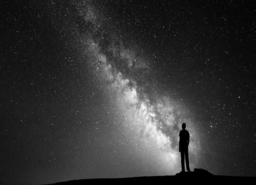 persona-mirando-el-cielo-estrellado-de-noche-1440x810